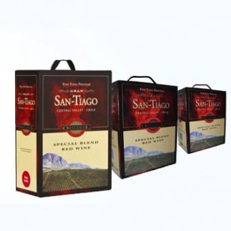 Gran San Tiago Special Blend Red framställs av den lilla druvan Cabernet Sauvignon. Detta medelfylliga chilenska vin med bärig smak har inslag av viol, svarta vinbär och en aning lakrits. Vinet bör serveras rumstempererat och passar utmärkt till pasta, kyckling och fläskkött. Tre boxar för 189 kr = 21 kr litern.