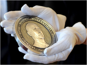 Putin ingraverad på ett guldmynt á ett kilo med anledning av Krims införlivande med Ryska Federationen.