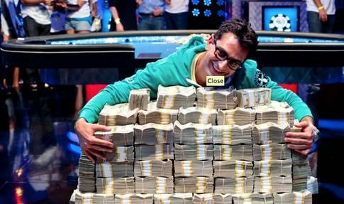 Antonio Esfandiari med sin stora vinst!