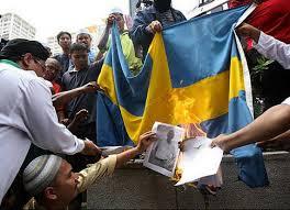Svenska flaggan bränns