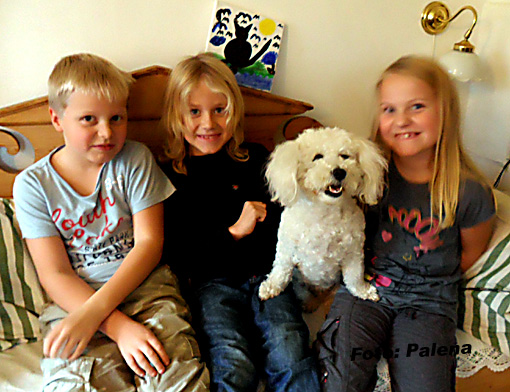 Axel, Love, Sonja och Ida poserar i kökssoffan. Det fick gå fort för Sonja satt inte still så länge.
