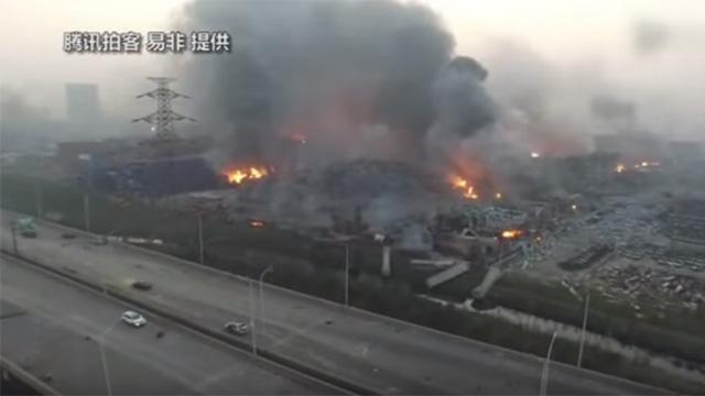 Bilarna brnner i Tianjin efter attacken!