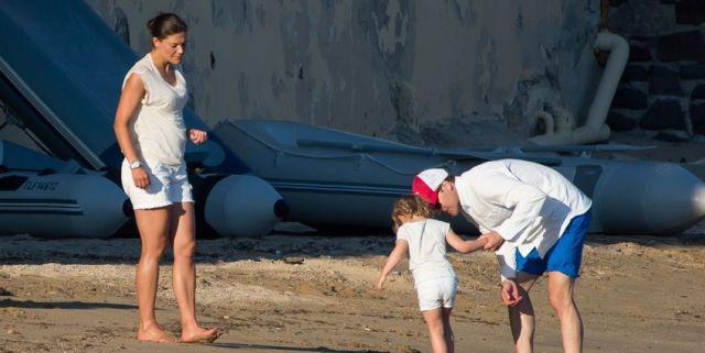 Bilden från en tysk tidning i mitten på augusti. Familjen semestrar på franska Rivieran och Victoria visar sin mage.