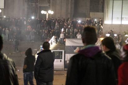 Folksamling framför tågstationen i Köln i Tyskland på nyårsafton där så många som nära 100 kvinnor polisanmält att de utsatts för sexuella övergrepp och rån. Foto: AFP