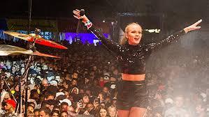 Zara Larsson underhåller i Kungsan 15 augusti 2015. Under tiden utsätts unga tjejer för omfattande sextrakasserier.