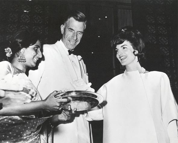 J.K. Galbraith with Jacqueline Kennedy in 1962 in India John Kenneth Galbraith, ofta kallad J. K. Galbraith, född 15 oktober 1908 i Iona Station, Ontario, död 29 april 2006 i Cambridge, Massachusetts, var en kanadensisk-amerikansk nationalekonom, författare och politisk debattör
