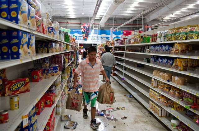 När orkanen Odile fick väggarna på en supermarket i San Jose del Cabo på den mexikanska halvön Baja California att kollapsa var människor inte sena med att förse sig med varor som rasat ner från hyllorna. Några fyllde stora shoppingvagnar med flingor, konserver, mjöl och läsk. Andra tog vad de orkade bära i händerna.